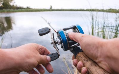 Hoe kan ik vissen lokken bij hengelsport?